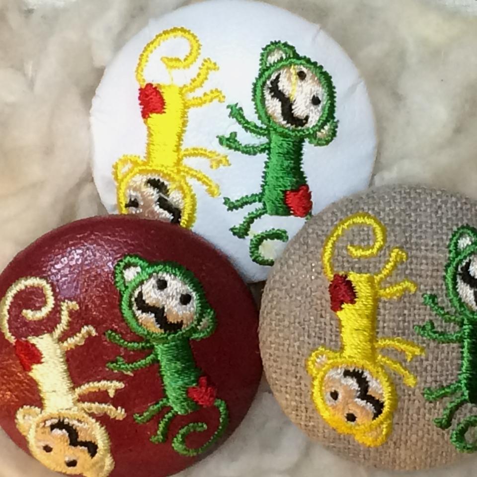 サル[イェロー/グリーン]刺繍ボタン/3種アップ