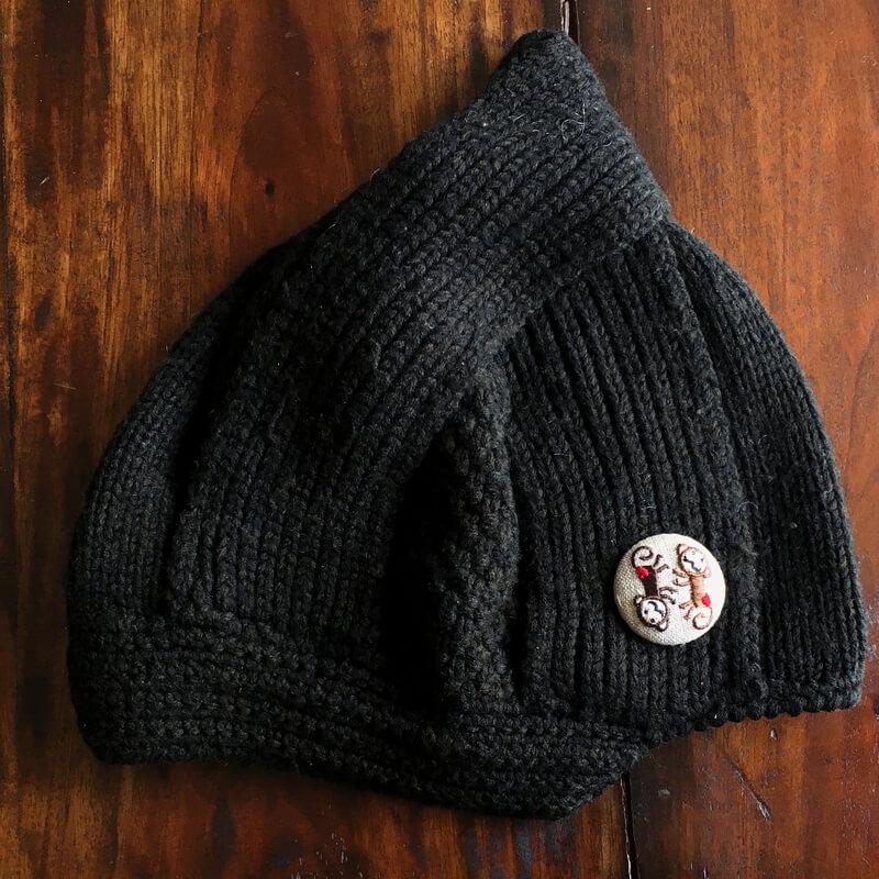 おさる38刺繍くるみブローチニット帽