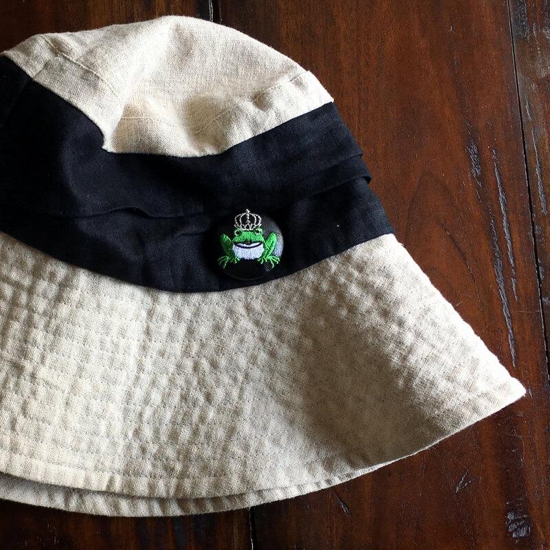 カエル刺繍くるみボタン38mm帽子