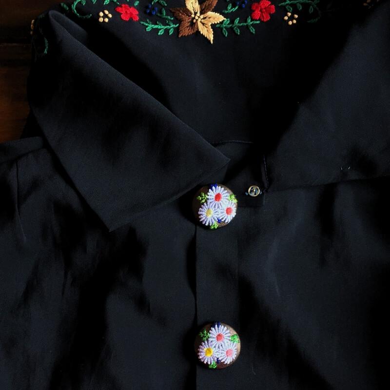 マーガレット29刺繍ボタン黒シャツ
