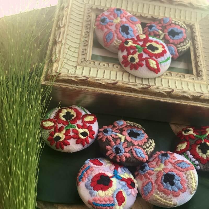 ハンガリー実と花29刺繍ボタンイメージ日の光