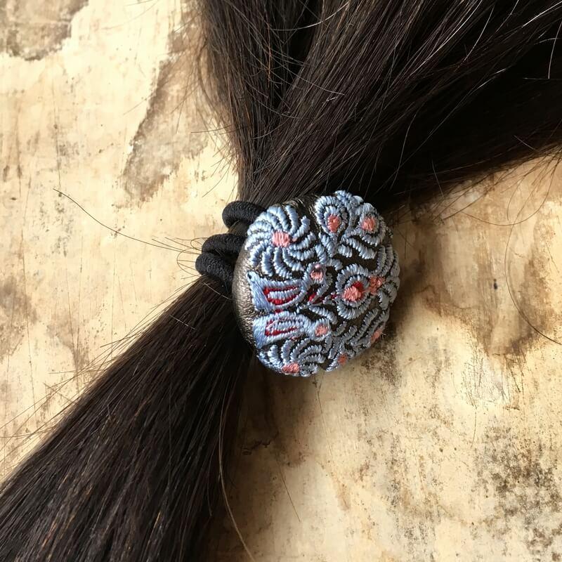 ハンガリー孔雀29刺繍ボタンヘアゴム