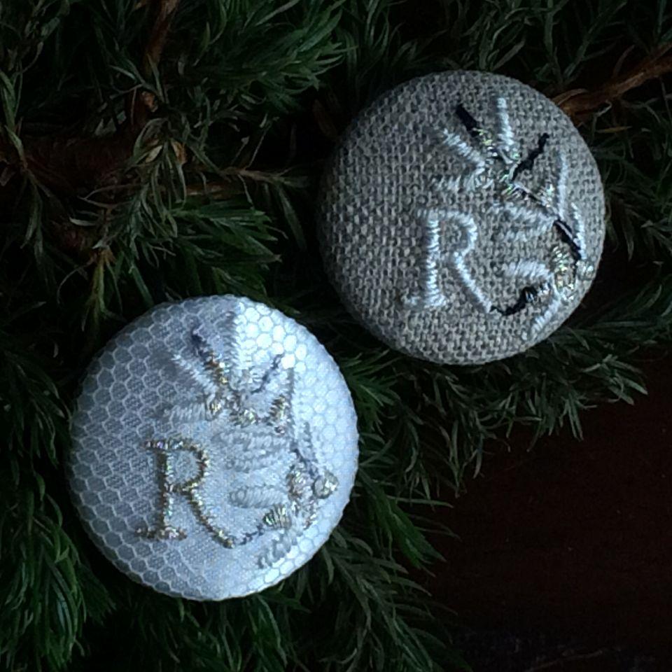 イニシャルオリーブ[R]刺繍ボタン2種