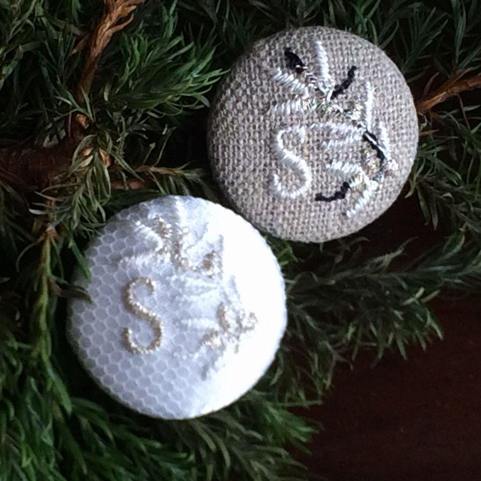 イニシャルオリーブ[S]刺繍ボタン2種