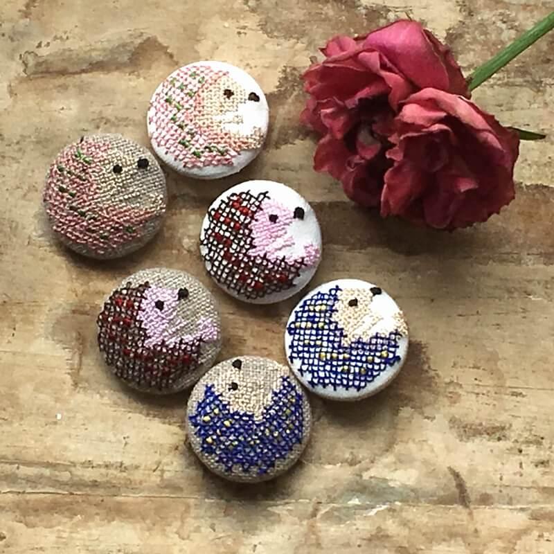 ハリネズミ29刺繍ボタンお花