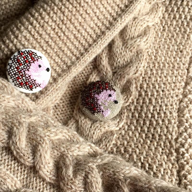 ハリネズミ29刺繍ボタンニット