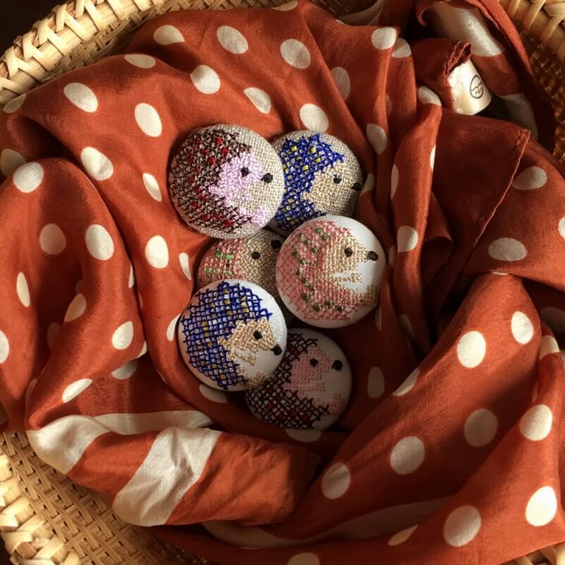 ハリネズミ29刺繍ボタンストール