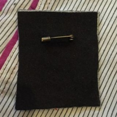 刺繍ブローチ 《フェルト芯補強+ブローチピン》の背面
