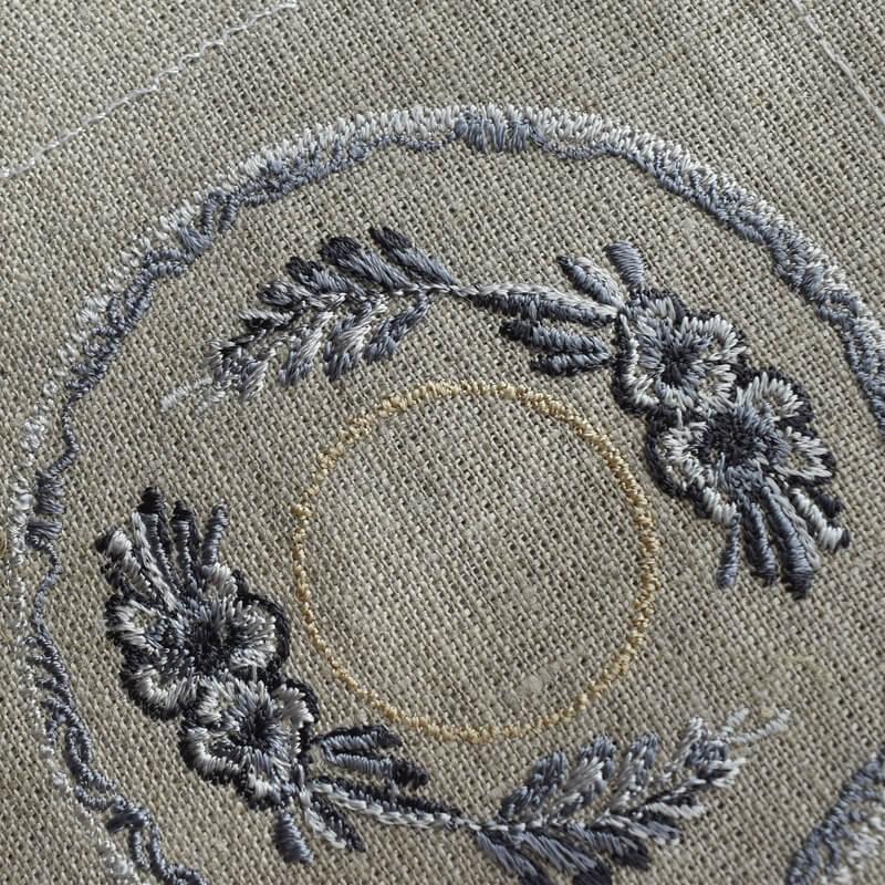 プレート花モチーフ刺繍クローズアップ