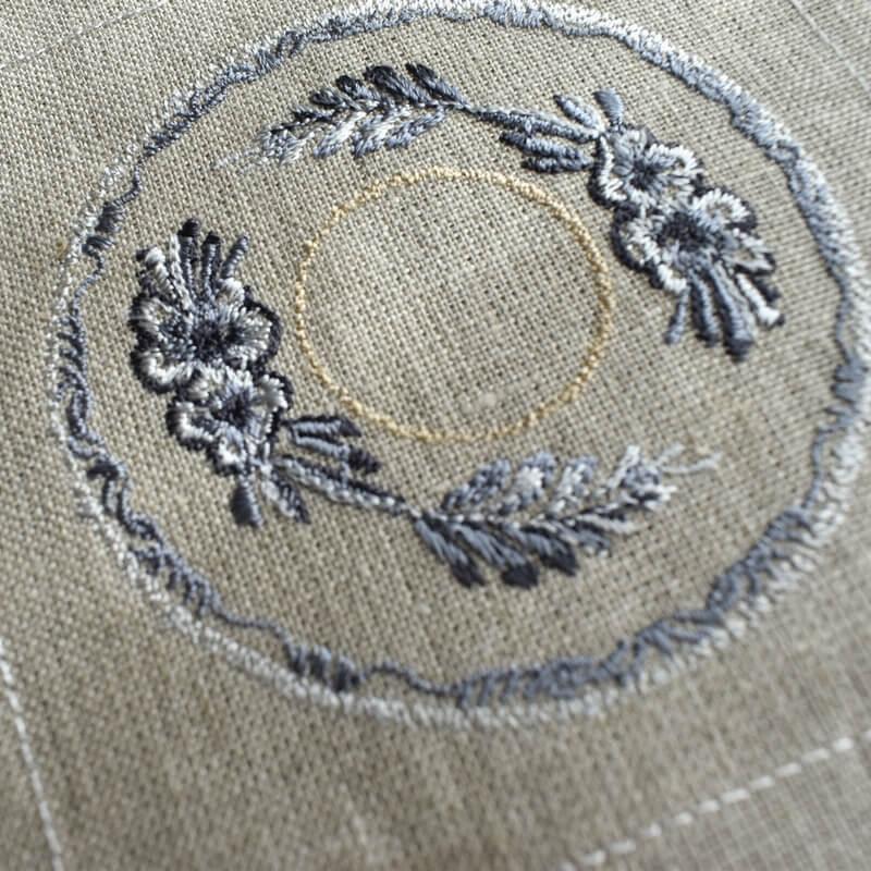 プレート花モチーフ刺繍ななめアップ