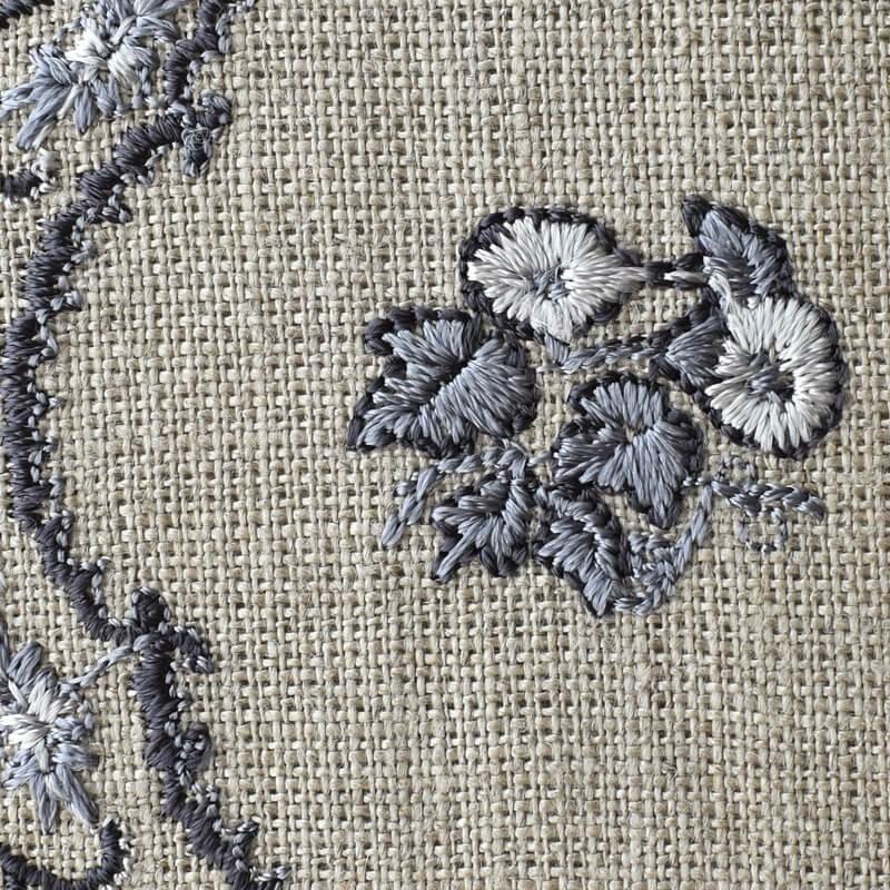 プレートつる花刺繍アップ