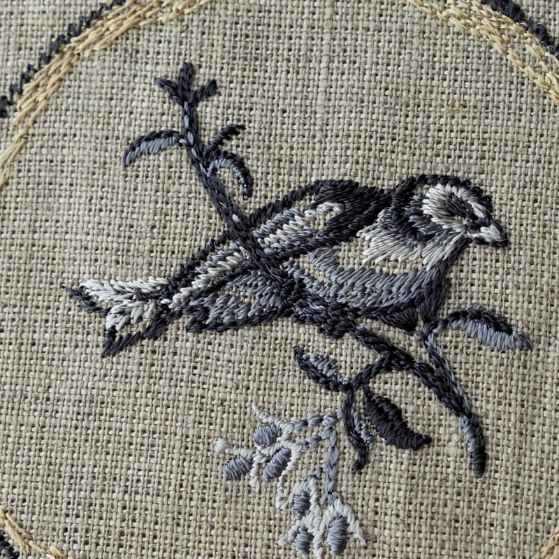 プレート小鳥刺繍アップ