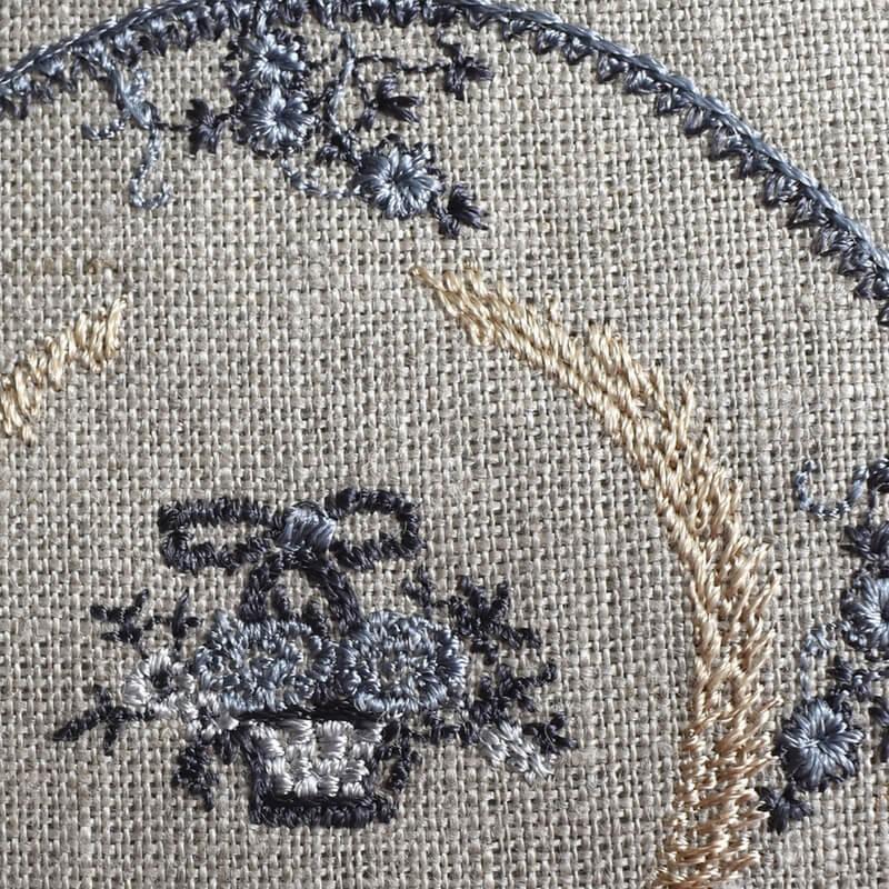 プレート花かご刺繍アップ