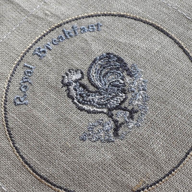 プレートニワトリ刺繍ななめアップ