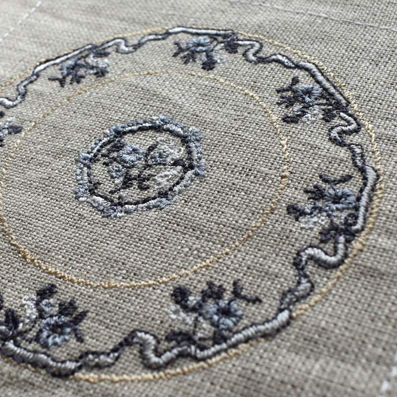 プレートフラワーリボン刺繍斜めアップ