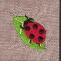 葉っぱてんとう虫[幸せを運ぶ虫]刺繍図案デザイン