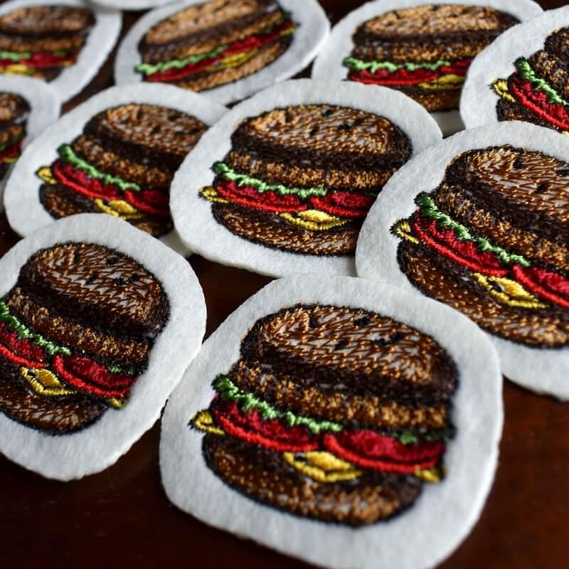 チーズハンバーガー刺繍ななめアップ