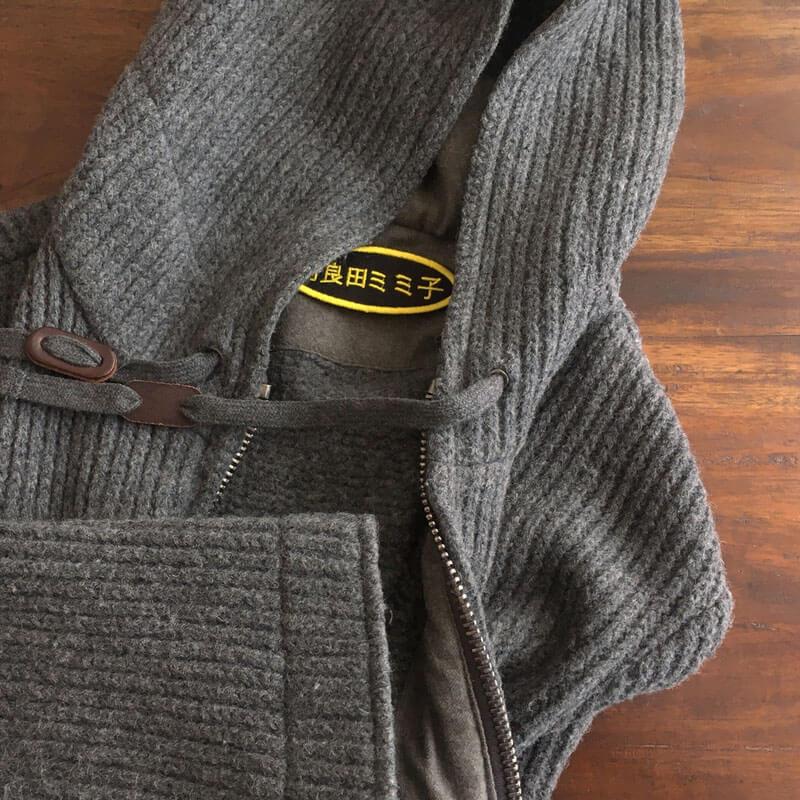 お名前ワッペン/メイリオ体[だ円Mフェルト]を毛糸のパーカーへ貼り付けた使用例