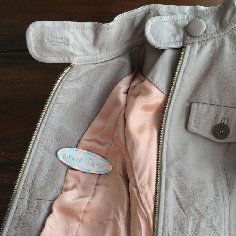 ネームワッペン/Bodoni体[だ円形×Mサイズ×白フェルト]をシープ革のジャケットに貼り付けた使用例