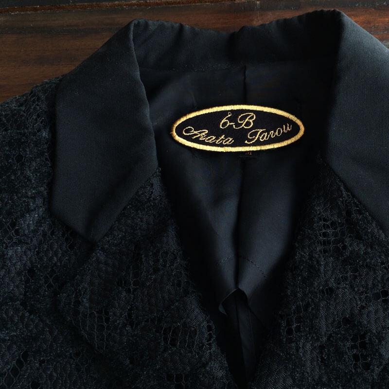 筆記体ネームワッペン/Ballantines script[だ円形×Mサイズ×黒フェルト]を女性物のジャケットに貼り付けた使用例