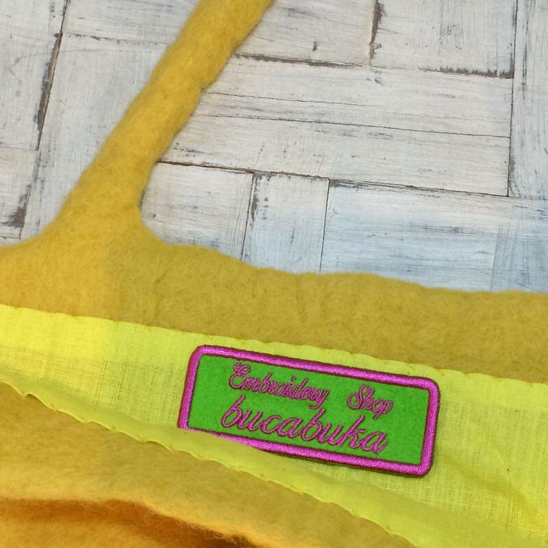 筆記体ネームワッペン[四角形×Mサイズ×緑フェルト]を黄色いフェルトのトートバッグに貼り付けた使用例
