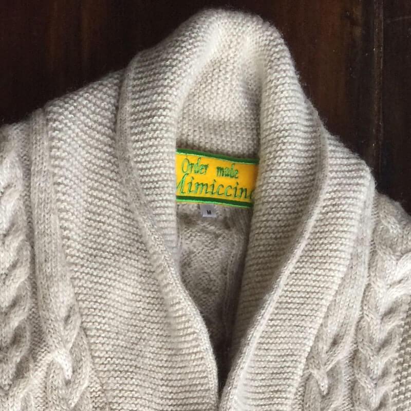 イタリック体ネームワッペン[四角形×Mサイズ×黄フェルト]を毛糸の厚手カーディガンに貼り付けた使用例