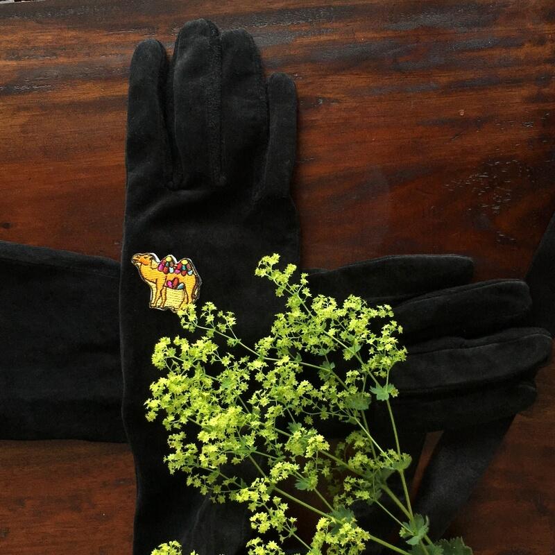 革手袋と虹色ラクダ刺繍