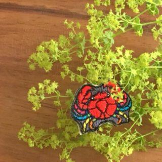 虹色カニ刺繍お花