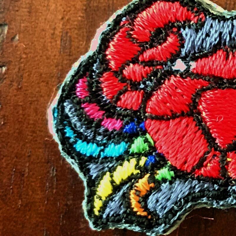 虹色カニ刺繍アップ