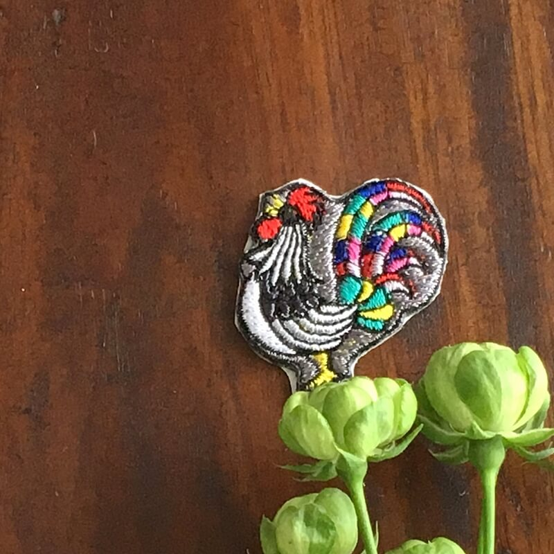 虹色風見鶏刺繍花の上