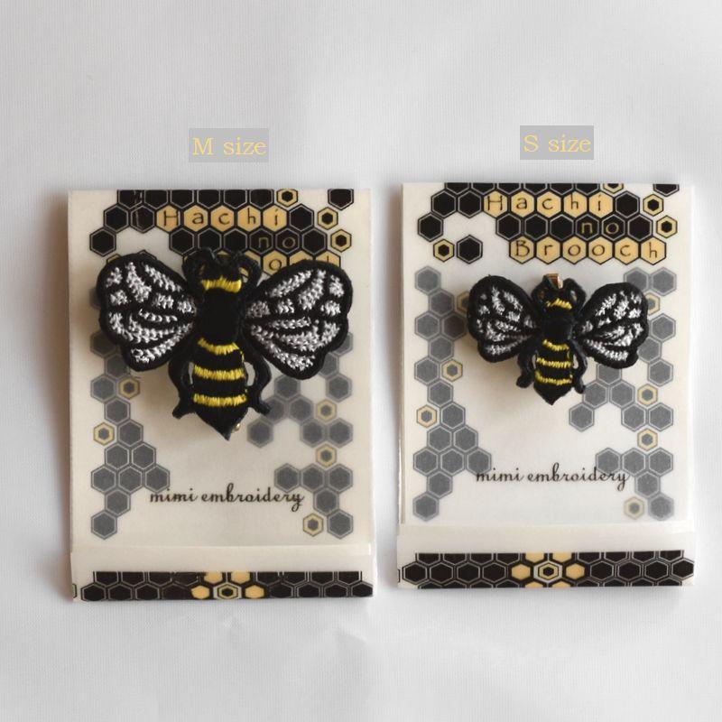 ミツバチ刺繍ブローチ台紙サイズ