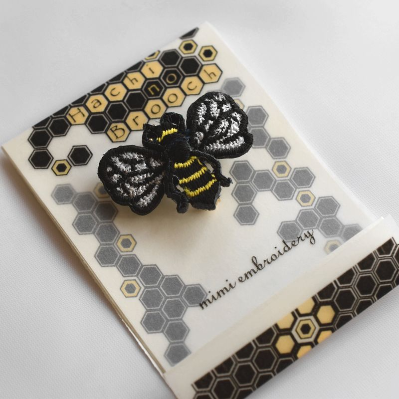 ミツバチ刺繍ブローチ台紙付き