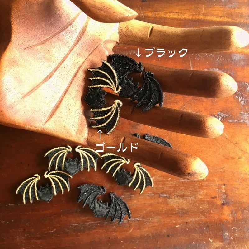 コウモリ刺繍ブローチ木の手文字入り