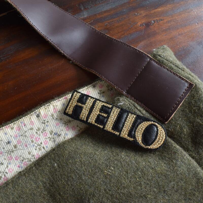 こんにちは[HELLO]刺繍クリップ緑バック