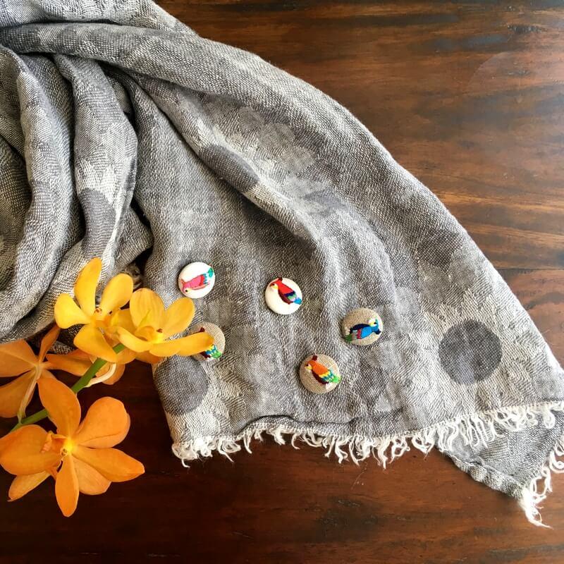 オウム22刺繍ボタンストール