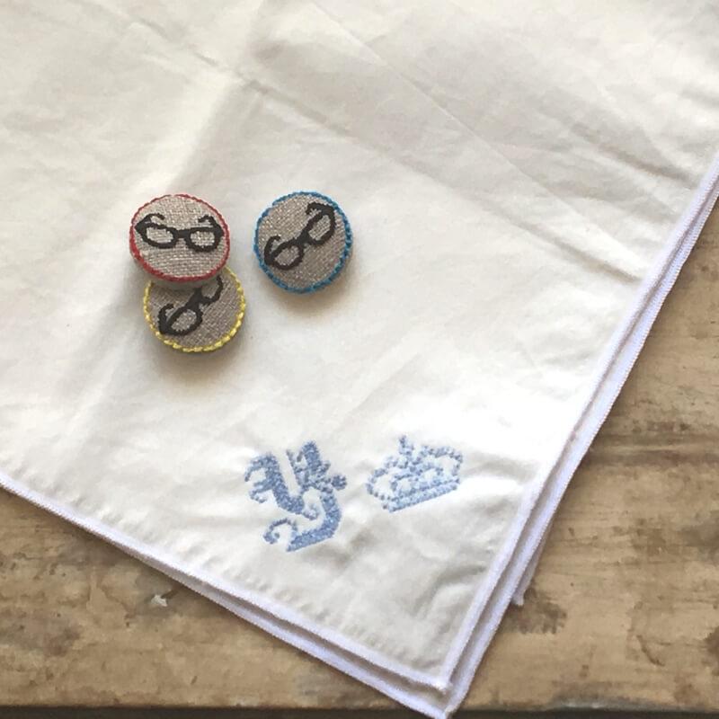 黒ぶちメガネ22刺繍ボタンハンカチ