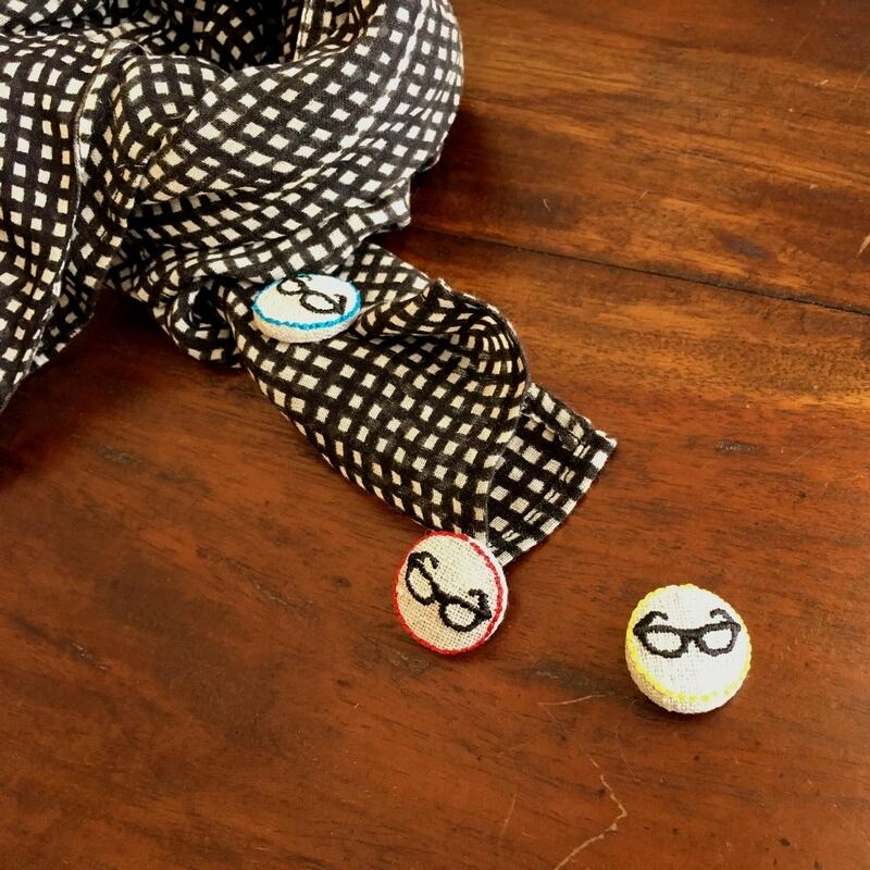 黒ぶちメガネ22刺繍ボタンスカーフ