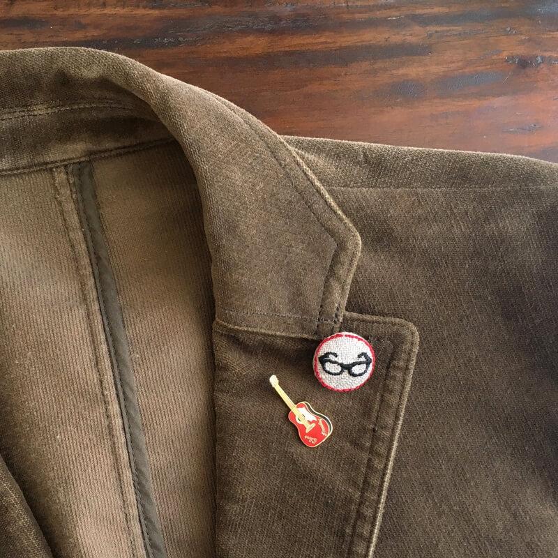 黒ぶちメガネ22刺繍ボタンジャケツト