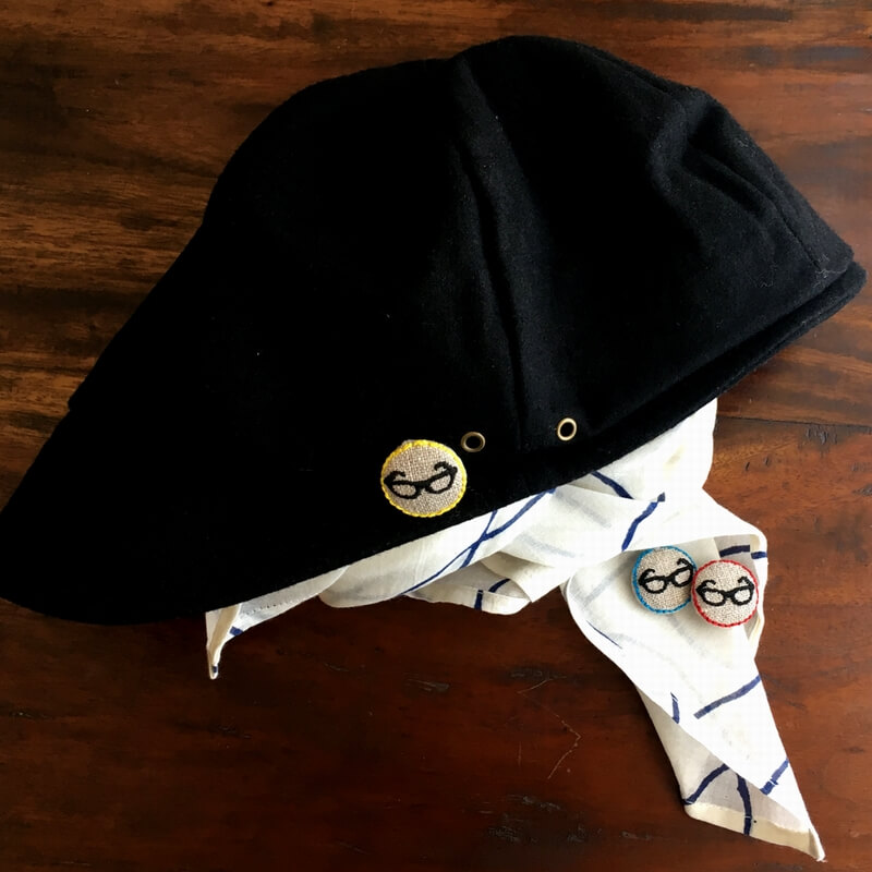 黒ぶちメガネ22刺繍ボタン帽子とストール