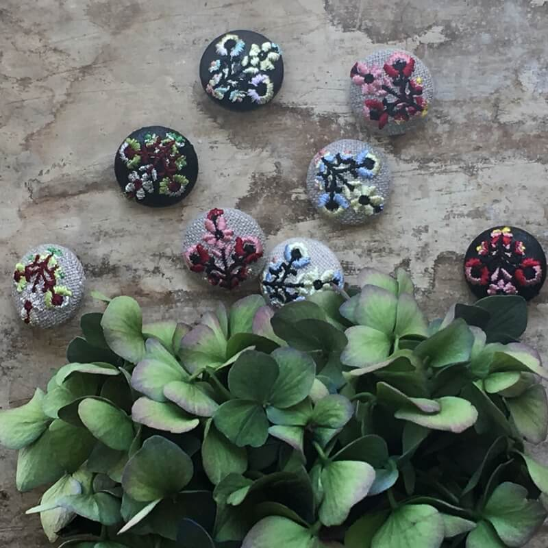 ハンガリー花3輪22刺繍ボタンイメージ