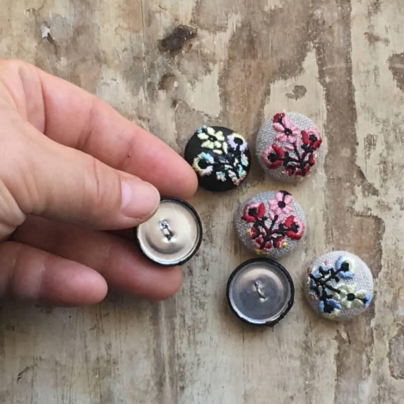 ハンガリー花3輪22刺繍ボタンハンド