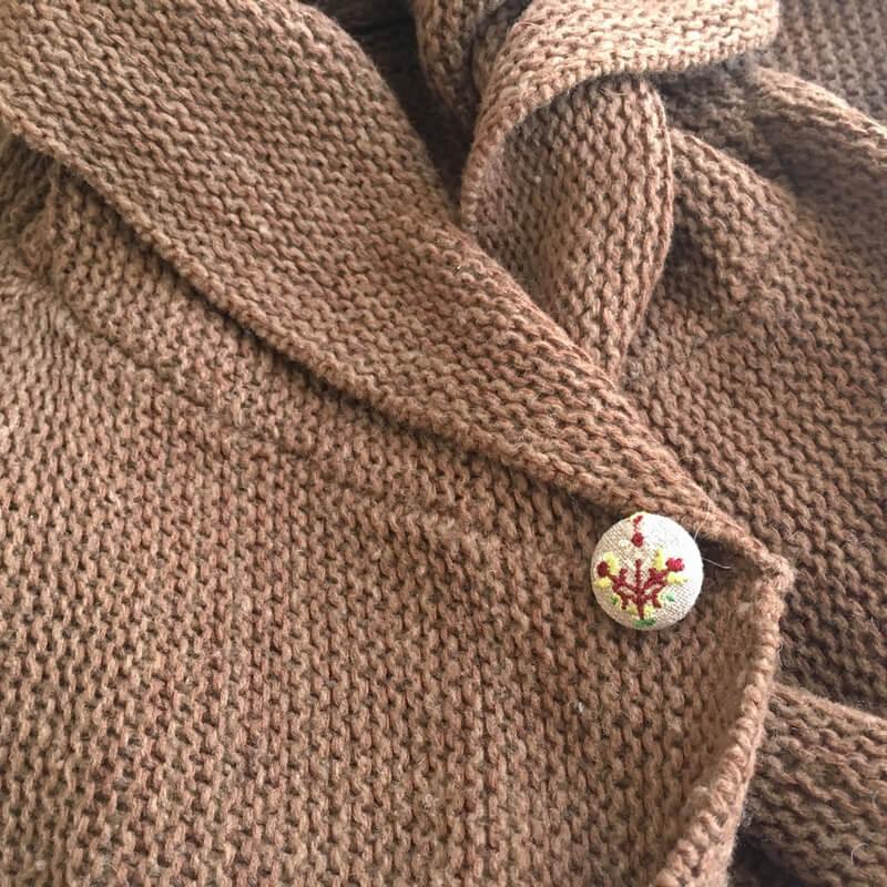 ハンガリー花3輪22刺繍ボタンベスト